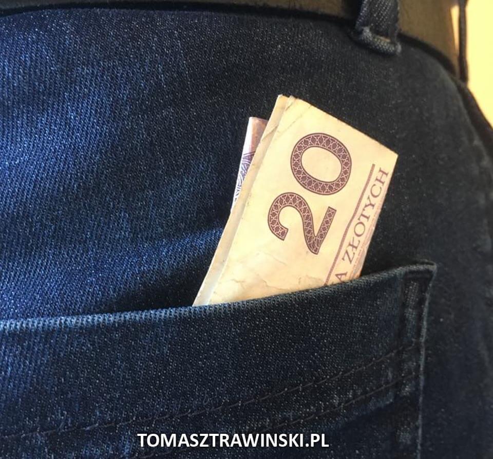 kieszeń tylna spodni a z niej wystający banknot dwudziestozłotowy