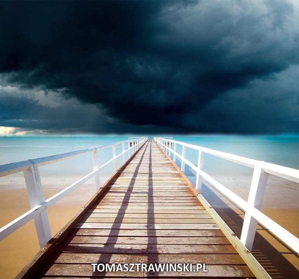 pochmurne niebo nad nadmorskim pomostem